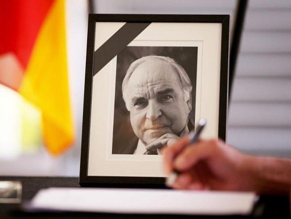 Über das unwürdige Possenspiel rund um den Tod Helmut Kohls