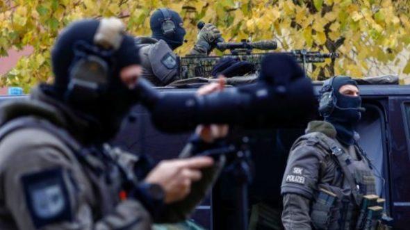 GASTSPIEL RALF GRENGEL: Corona-Polizei auf der Jagd – Das Haus ist umstellt!
